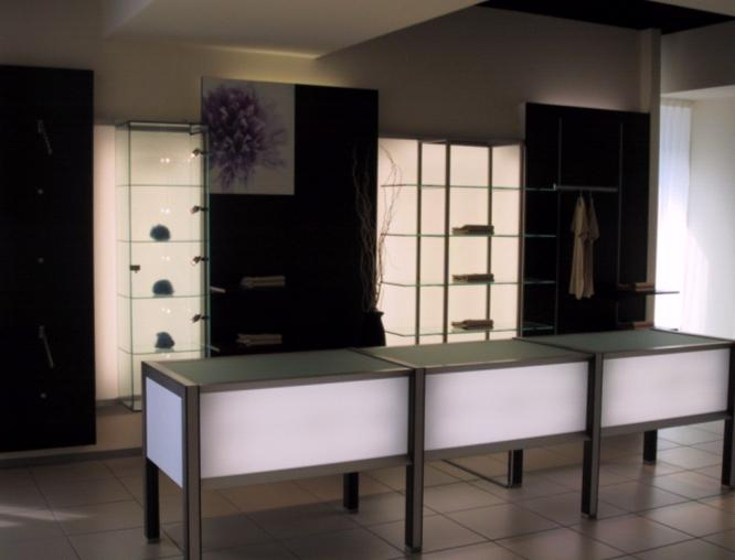 Arredamento abbigliamento con vetrine luminose for Arredamento vetrine