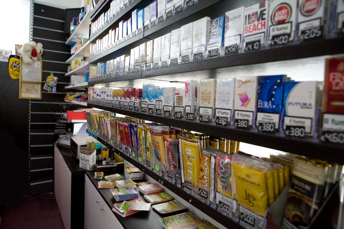 Arredamento tabaccheria for Arredamento edicola usato