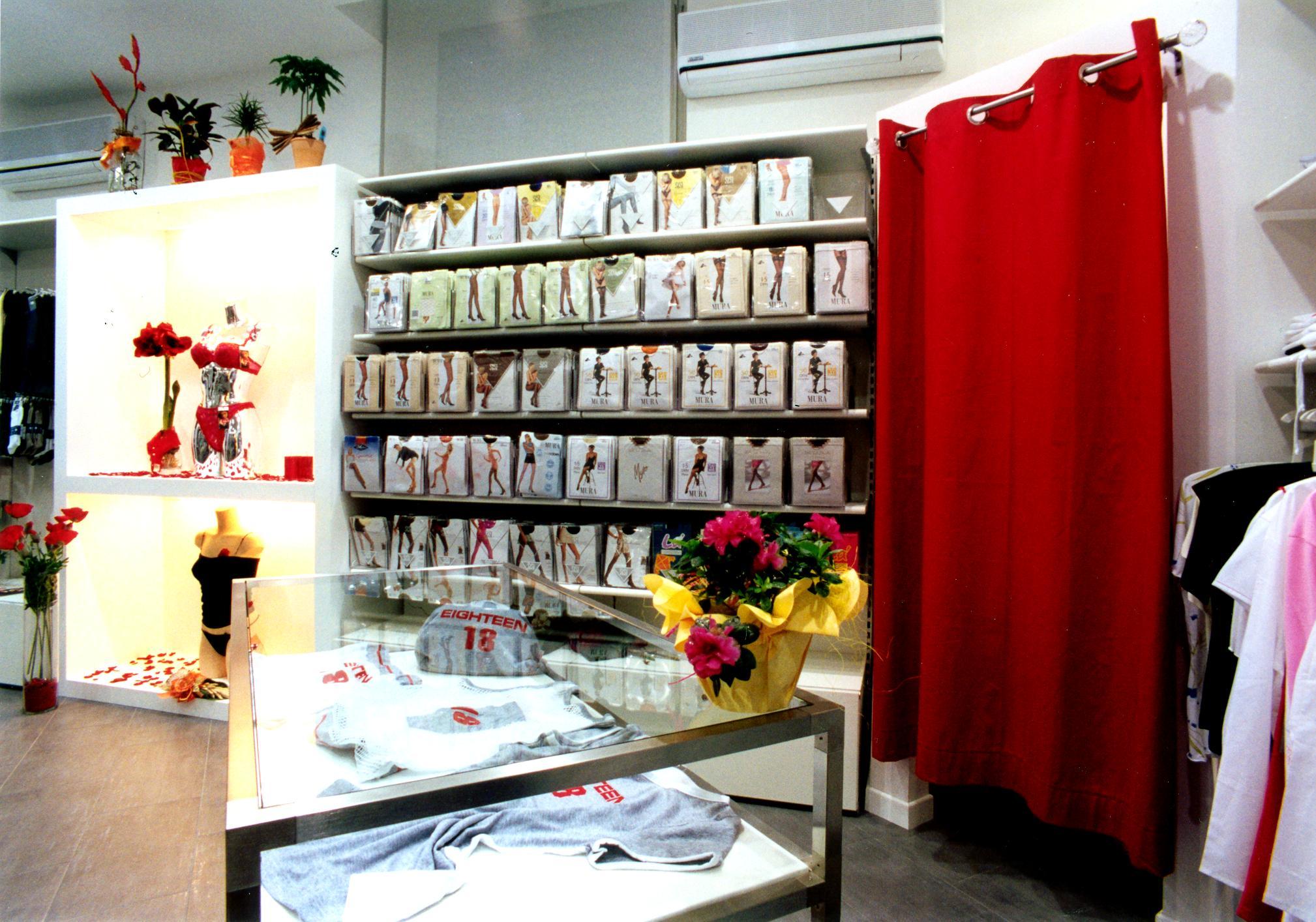 Arredamento negozio intimo civita castellana viterbo for Arredamento shop