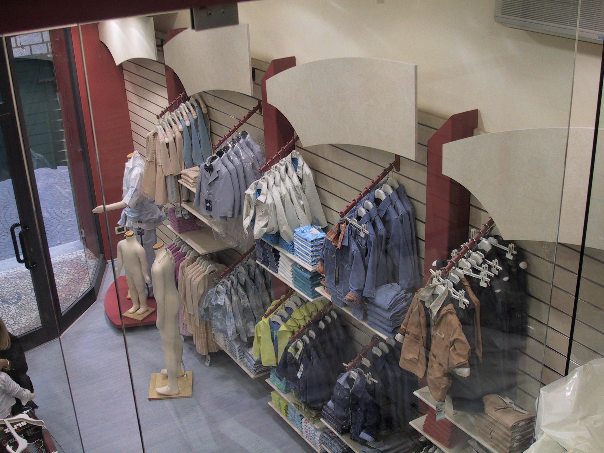 Arredamento negozio abbigliamento bambino for Arredamento shop
