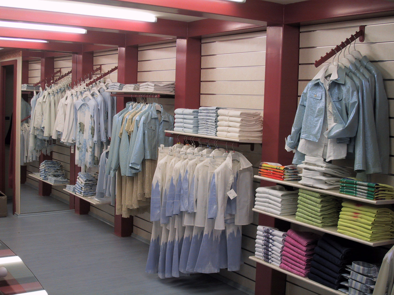 Arredamento Negozio Abbigliamento Con Bancali : Negozio abbigliamento ...