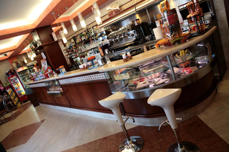 Arredo bar classico ciliegio ostia roma for Arredamento classico roma