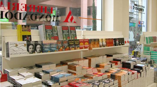 Arredamento negozi libreria cartoleria viterbo for Negozi arredamento roma centro