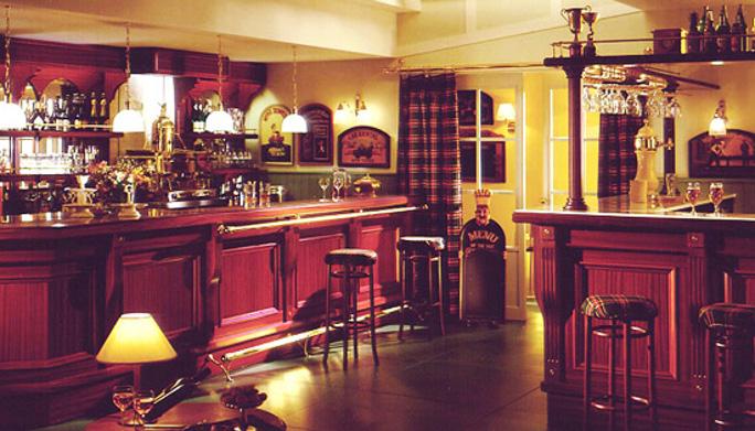 Arredamento bar pub in mogano for Bar arredamento