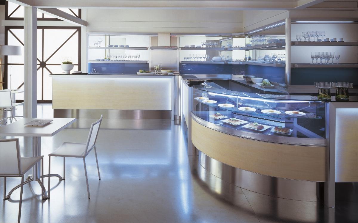 Arredamento bar legno chiaro for Arredamento bar moderno usato